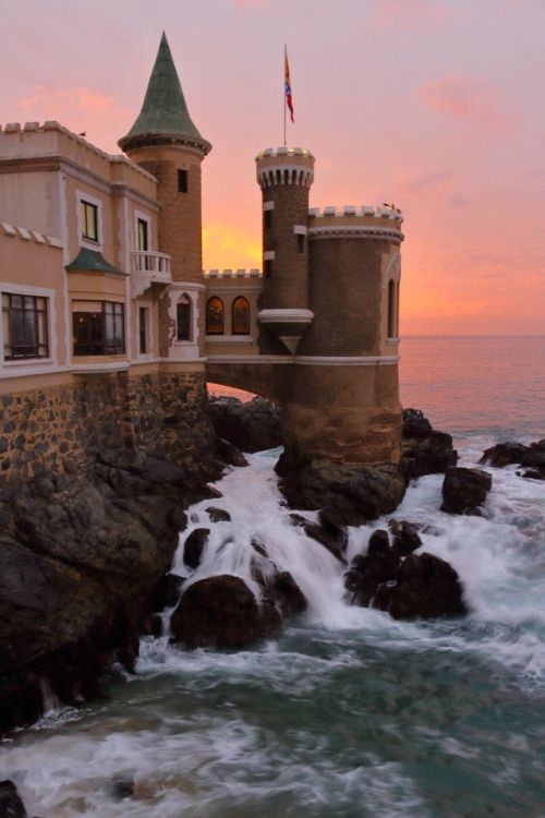 El abrazo permanente del Pacífico a la torre del Castillo Wülff de Viña del Mar Chile  https://500px.com/photo/214120331