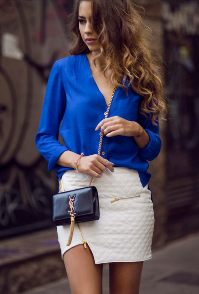 Шелковая блузка в синем цвете, мини юбка мателассе и супер модная сумка через плечо от YSL