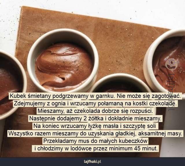 Szybki sposób ma mus czekoladowy - Kubek śmietany podgrzewamy w garnku. Nie może się zagotować. Zdejmujemy z ognia i wrzucamy połamaną na kostki czekoladę. Mieszamy, aż czekolada dobrze się rozpuści. Następnie dodajemy 2 żółtka i dokładnie mieszamy. Na koniec wrzucamy łyżkę masła i szczyptę soli  Wszystko razem mieszamy do uzyskania gładkiej, aksamitnej masy. Przekładamy mus do małych kubeczków  i chłodzimy w lodówce przez minimum 45 minut.