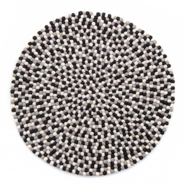 """Nøytrale farger, svart hvit og grå slår aldri feil. <div class=""""description"""">  Teppet finnes orginalt i fire størrelser. Andre størrelser kan bestilles på forespørsel.  90 cm 100 cm 120 cm 140 cm  Teppene fra onfloor er et godt stykke håndarbeid. Produktet er håndlaget i Nepal – av kvinner og noen menn som har dette som sin viktige inntektskilde. Det er laget av 100 % ny ull fra fra New Zealand. Teppet har derfor en overlegen myk følelse.  NB: Teppene leveres kun til Norge! :) ..."""