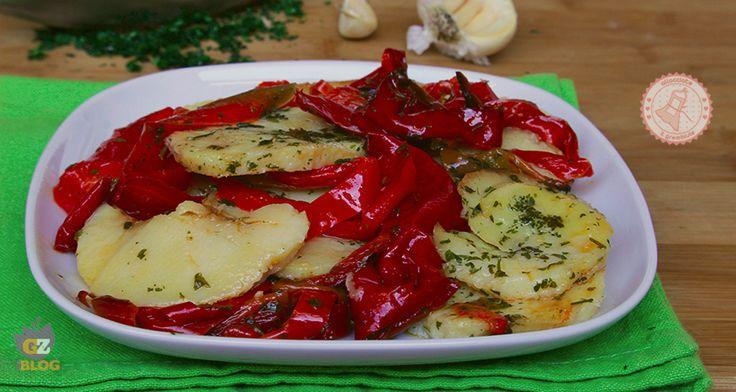 Patate e peperoni al forno un contorno gustosissimo, veloce da preparare, buonissimo e coloratissimo.
