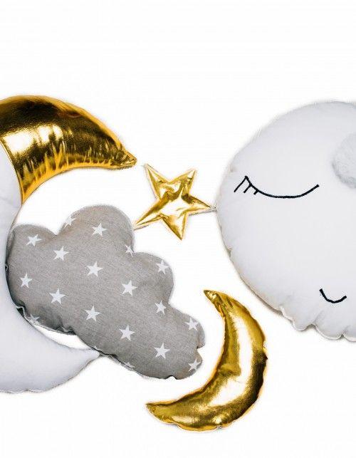 Piękny namiot dla Czarodziejki z Księżyca lub dla małej fanki gwiazd i gwiazdeczek. Namiot tipi to świetne miejsce do zabawy dla dzieci w każdym wieku. Ręcznie wykonany z dbałością o każdy szczegół. W komplecie dwie poduchy, ręcznie wykonane z dbałością o każdy detal, trzy zawieszki, gwiazdka, księżyc i chmurka, podłoga. Namiot można prać w pralce w temperaturze 30 stopni WYMIARY: WYSOKOŚĆ KIJKÓW 180 CM WYSOKOŚĆ NAMIOTU 150 CM WYMIARY PODSTAWY 100 X 100 CM