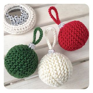 LomakiChristmasBall is a quick way to turn yous rests of yarn into a cute Christmas stuff.