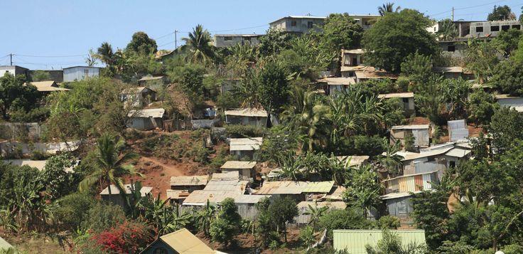 Après deux semaines de grève générale émaillée de violence, la situation semble s'apaiser à Mayotte. A la suite d'une rencontre à Paris avec la ministre des Outre-mer, George Pau-Langevin, l'intersyndicale - CGT, FO, CFDT, Solidaires, la FAEN et le SNUipp-FSU -, qui réclame «l'égalité réelle» avec la métropole, a voté vendredi la « suspension » de la grève. Mais le climat reste tendu dans le 101ème département français, en proie à de graves difficultés économiques et sociales. Dix points…
