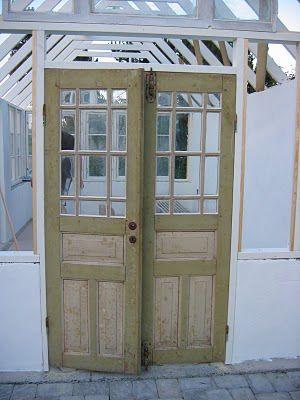Dessa vackra dörrar har Isa i sitt nybyggda växthus och precis sådana kan jag tänka mig i mina drömmars kolonistuga (Bild lånad från bloggen Isas trädgård)