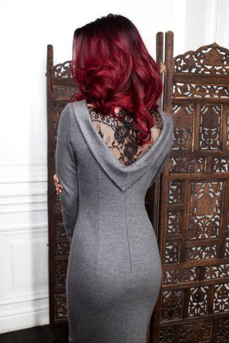 Стильное трикотажное платье с кружевной спиной 173