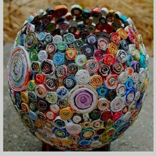 Vaso portaoggetti fatto con rotolini di carta riciclata