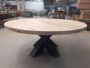 Eettafel rond stoer zwart staal kruispoot eikenhout