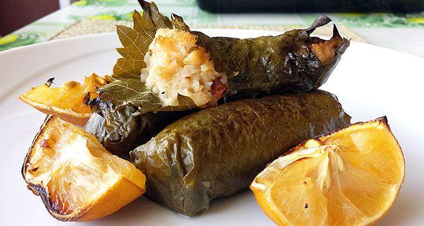 Ieri sera ho preparato una cena a base di ricette greche per festeggiare l'anniversario della mia vacanza a Creta! Come prima ricetta ho scelto i famosi Dolmades, gli involtini di foglie di vite farciti con riso e altre cose buone!