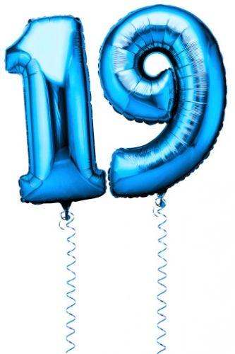 Kjempestore ballonger formet som tall i lyseblå farge. LEGG MED MERKNAD HVILKET NUMMER DU ØNSKER. Husk å legge inn antall etter hvor mange siffer. 1 stk = 1 tall. Dvs skal du ha f.eks tallet 20 - legg 2 stk i handlekurven. Vi har mange på lager, men kan gå midlertidig tomt. Om det haster med ordren din og du har bestilt denne ballongen, legg ved merknad om dette så vi kan kontakte deg for leveringstid. HELIUM MEDFØLGER IKKE. Vi kan fylle disse i butikkene våre, de er nesten 1 m ...