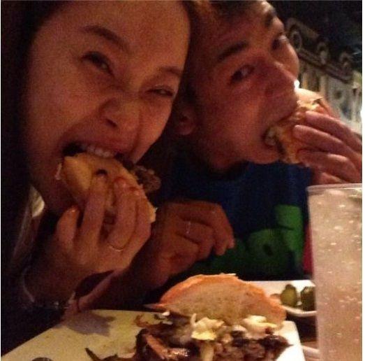 Baek Ji Young and Jeon Seok Won eating burger