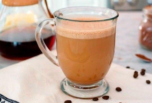 Fernanda Souza, Yasmin Brunet, Martha Graeff... A lista de beldades que consomem a bebida da vez é grande. Segundo a nutricionista Bruna Vilela, a mistura é perfeita para ser consumida no pré-treino e favorece o emagrecimento Café com óleo de coco