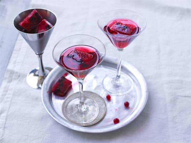 Lämmittävä talvinen cocktail syntyy pohjoisen marjaisista mauista. Tämän cocktailin voit tarjota myös lämpimänä juomana, jätä silloin jääpalat pois.