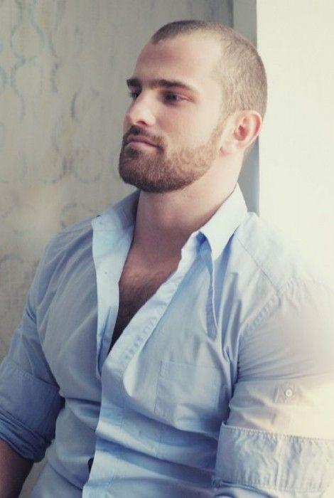 Hombre con cabello muy corto y barba corta