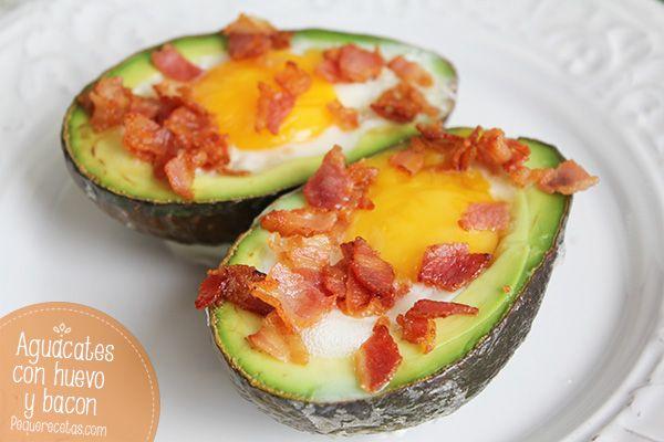 Aguacates, huevo y bacon: Picamos el bacon y lo cocinamos en una sartén, sin nada de grasa, hasta que esté dorado y crujiente. Partimos los aguacates por la mitad, quitamos el hueso y con la ayuda de una cuchara retiramos un poco de aguacate. Ponemos un poco de bacon en el hueco y encima el huevo. Precalentáis el horno a 180ºC y metéis los aguacates con el huevo dentro y el bacon por encima.