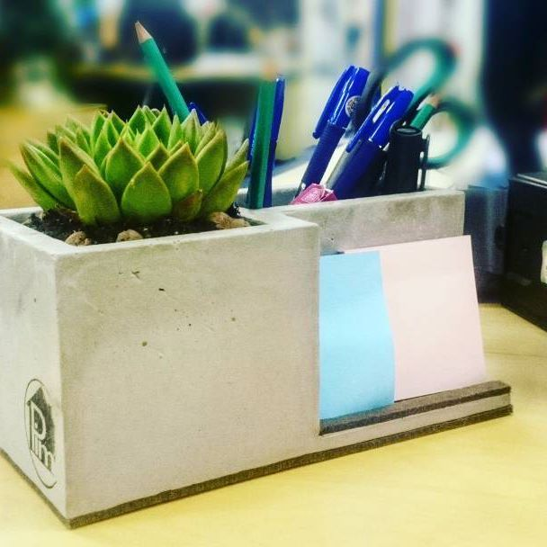 #concrete #diy #concretethings #handmade #succulent #withlove #горшкиизцемента #вазаизбетона #горшокизбетона #канцелярия #подарокмужчине #подарокженщине #лрфт #простота  В продаже появилась ну очень удобная подставка под канцеляю😍😍😍 всем известно,что растения поглощают негативную энергию и вредные излучения. Добавьте частичку природы к себе на рабочий стол, и мы вам гарантируем, коллеги вам обзавидуются!  Цена 2000р. с мягкой подложкой без цветка, 1700 голенький бетончик😀