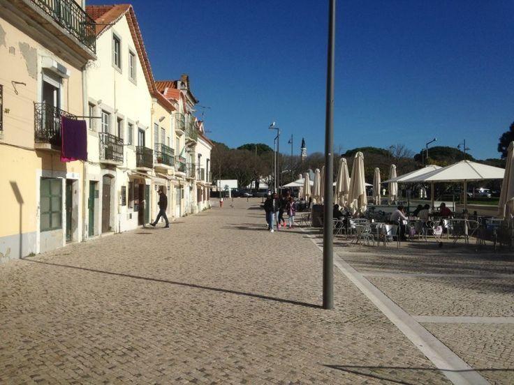 Apartamento Belém Lisboa T1 com vista do Jardim de Belém, com entrada independente, tem 1 sala com 15m2 c/Portada e Janela, 1 Quarto c/12m2 c/Roupeiro, 1 Cozinha c/dispensa c/16m2 equipada c/forno, fogão, esquentador e exaustor e 1 casa de banho completa. Andar em bom estado de conservação, situado em frente do Jardim de Belém, na rua dos restaurantes. Trata-se de uma zona típica de Lisboa, muito agradável e perto de tudo.