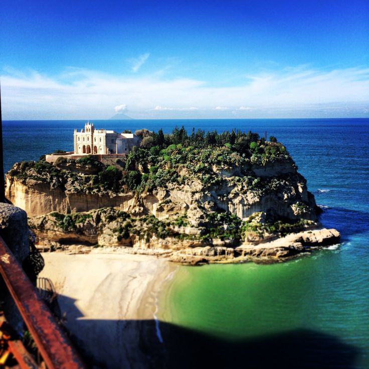 The icon of Tropea : l'isola is named the rock with on its top an old church.