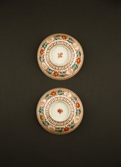 Red green decorated bowls. Guangxu (1875 - 1908) Two bowls in red and green palette with Buddhist and Sanskrit writing against a flower decor, marked with endless knot #antique #chineseporcelain