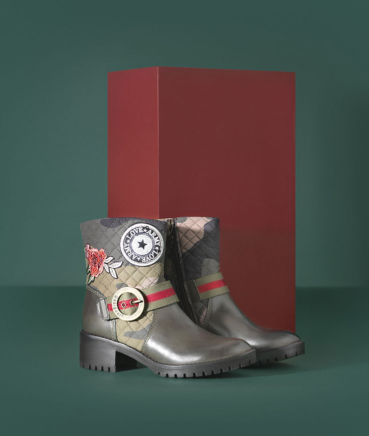 Desigual flat boots with a military-inspired print and embroidered details and zipper fastening. Discover new Desigual Women's Shoes collection!