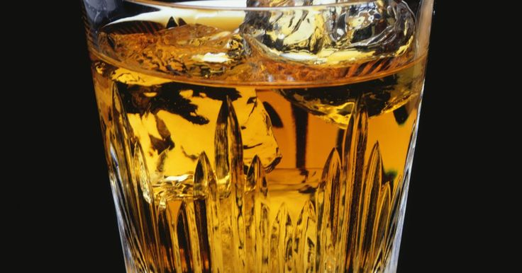 Cómo hacer jarabe para la tos con whisky. Cuando hagas tus propios jarabes para la tos, utiliza una marca de whiskey cuyo sabor te agrade para tragarlo con mayor facilidad, pero no tires la botella. Toma de 1 a 2 cucharadas del jarabe cada tres a cuatro horas, dependiendo de la severidad de tu resfriado, y guarda la mezcla en la alacena, no en el refrigerador.