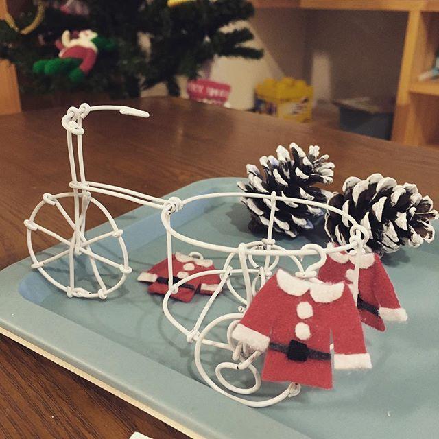 サンタの自転車 #ワイヤークラフト  #クリスマスハンドメイド  黒が売り切れで、ついに白いワイヤーにも手を出した。 サンタ服とコラボ🤶