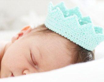 Artículos similares a Rosa a bebé niña corona de ganchillo, accesorios de bebé, color rosa, tamaño recién nacido, bebé niñas corona, princesa niño en Etsy