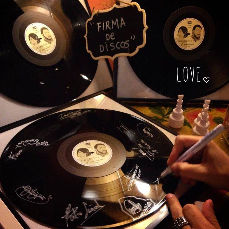 """Unos #Lovers con una pasión común: La música de los 60....así que no se nos ocurrió un mejor """"Libro de Firmas"""" que vinilos para que sus invitados dejaran sus """"autógrafos"""" más canallas....¡se lo pasaron bomba!  Todo esto y mucho más es tener una #bodaLOVE. ¿Quieres saber todo lo que podemos hacer por ti? Escríbenos: hola@lovebodasyeventos.com  Y de fondo suenan...The Beatles...LOVE, LOVE, LOVE.  ¡Buenas Noches!  Ali LOVE #love #amor #TheBeatles #musica #music #dj #vinilo #wedding…"""