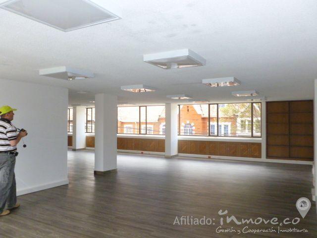 edificio en venta - TEUSAQUILLO - Bogota D.C.. Precio: $ 4.300.000.000. Codigo: EV08436 www.inmove.co Edificio 5 pisos y sotano, sotano 243m2, 8 garajes, 5 depositos, primer pisos 263m2, recepcion y hall de entrada, espacio para oficinas, patio, 4 baños, segundo,tercer y cuarto Piso: 186m2, oficinas con espacios abiertos para cualquier configuracion, 2 baños, cuarto de aseo, 5 piso area oficinas y auditorio 160m2, mezanine 21m2, 3 baños, cocineta, el edificio cuenta con ascensor.