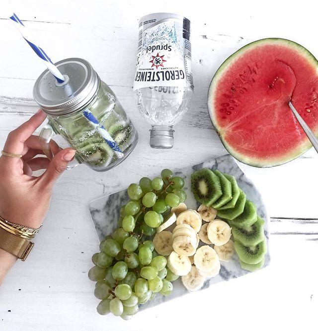 Diese Woche ist die #ProjektWasserwoche von @gerolsteiner_de gestartet ✔️ Eine komplette Woche trinke ich lediglich Mineralwasser und versuche mich so gesund wie möglich zu ernähren. Daher kommt Obst & Gemüse so oft wie möglich auf unseren Tisch 🍉🍓🍐🍏 Wer sitzt bei diesem spannenden Projekt ebenfalls mit im Boot? ⛵️ #gerolsteiner #ad