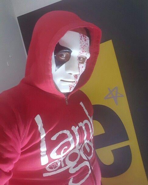 Hallo-bee-n is coming - Hallo-bee-n está llegando  #hatguy #halloween #terror #beemotion máscara y atuendo cortesía de Andrea Quintana