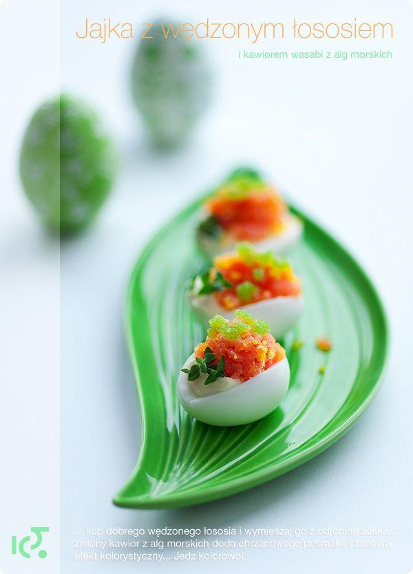 Jaja z wędzonym łososiem i kawiorem wasabi z alg morskich