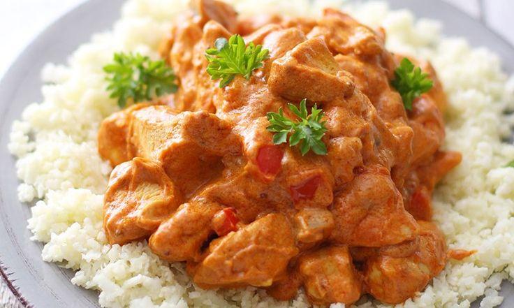 kylling tandoori: en tallerken blomkålris og kylling tandoori