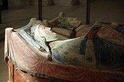 Gisant d'Alienor d'Aquitaine avec Henri II au second plan (tuffeau polychrome) - Abbaye de Fontevraud
