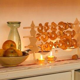 Schijfjes appel aan een houten rekje.