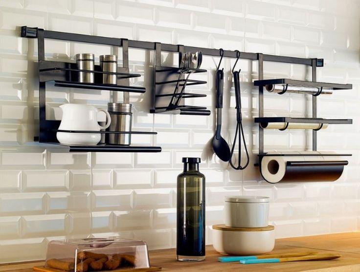 Mutfak arası raflarla mutfağınızı daha rahat düzenleyebilir, dağınık görüntünün önüne geçebilirsiniz. Mat siyah renklerde, baharatlıklarınızı, folyolarınızı, kağıt havluların