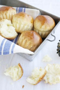 In molti paesi del Nord Africa, per la festa ebraica di Kippur si prepara la mouna, un pane dolce aromatizzato ai fiori d'arancio, semplice e delizioso.