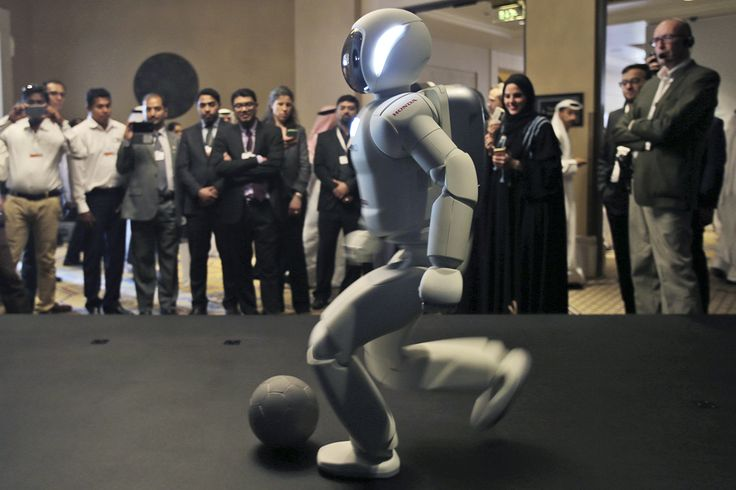Un androide de nombre Asimo, diseñado y desarrollado por Honda, juega fútbol para la audiencia al cierre de la 'Cumbre de Gobierno' en Dubái, Emiratos Árabes. (AP)