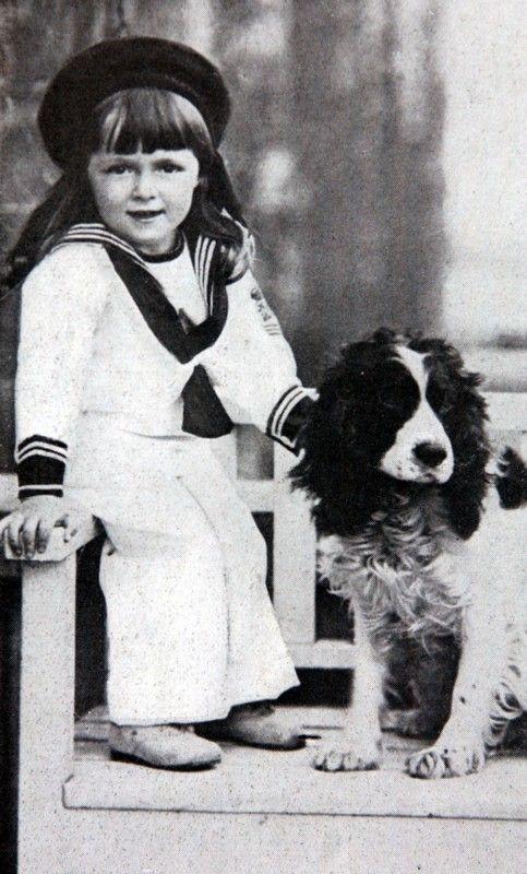 1915 - RECKENWALDE jeugdfoto van prins Bernhard met zijn Cocker Spaniel 'Frosch'Hij werd geboren op 29 juni 1911 te Jena. ANPBENELUX PRESS