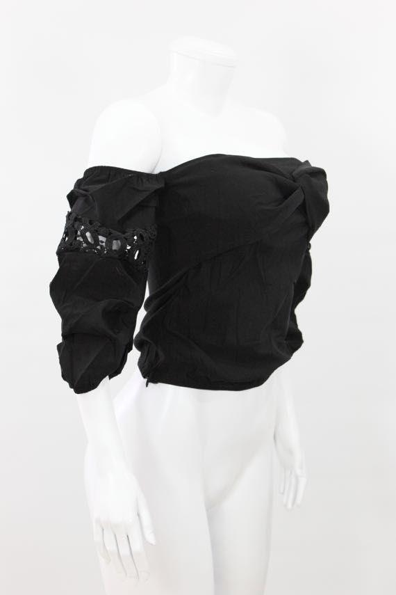 Blusa en algodón semi-licrado, cuello tipo bandeja, pecho cruzado, mangas con apliques en crochet. - http://tuvestier.com/producto/blusa-americana-ref-012-1/