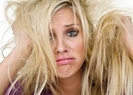 Perché i capelli diventano opachi? I capelli sono lucidi quando la cuticola è integra. Se le cellule della cuticola si sollevano, come avviene ad esempio dopo trattamenti cosmetici aggressivi o sotto l'effetto del calore o del sole, la cuticola non riflette più la luce e i capelli diventano opachi, secchi al tatto e tendono ad aggrovigliarsi facilmente.