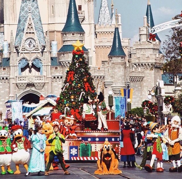 Time to celebrate! #mickey #minnie #pluto #characters #cm #alice #wendy #peterpan #princess #dreamjob #wdw #mickeysonceuponachristmastime #float #parade #disney #costumes #lights #xmas #christmas #disneyworld #magickingdom Pc: instagram @disneyworlddelights