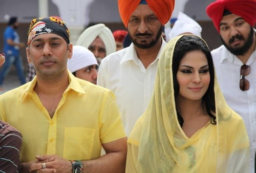 Pakistani Celeb Veena Malik prays at Gurudwara