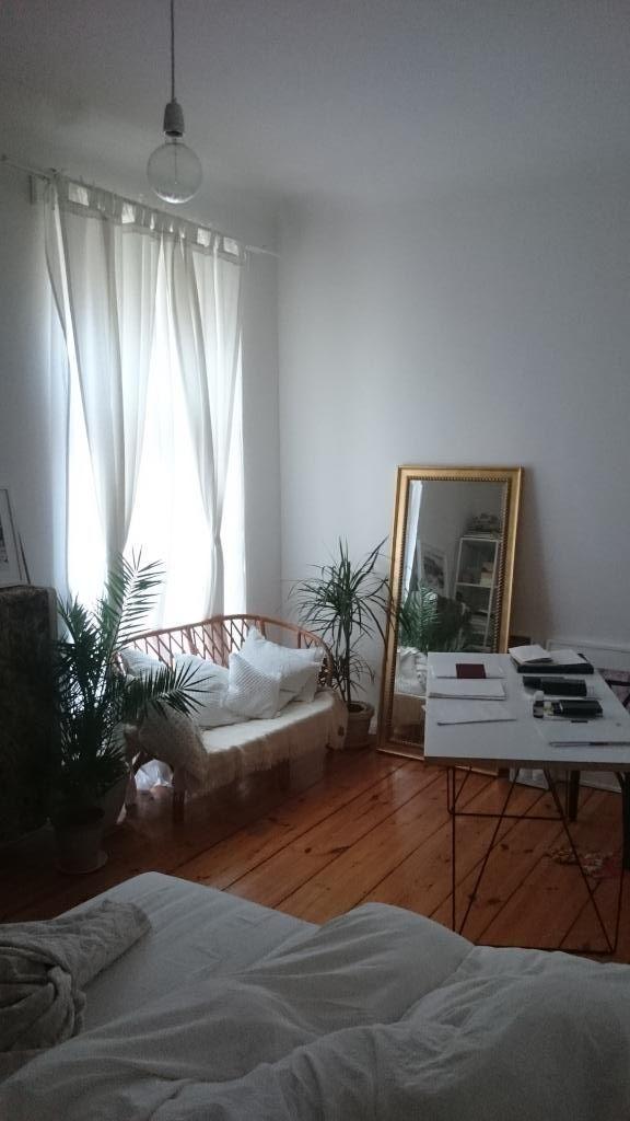 Mit einfachen, modernen Möbeln kannst du dein WG-Zimmer top einrichten! Hier gibt es tolle Besipiel: lange Vorhänge, eine Gitter Couch, ein cooler Schreibtisch und eine Oversize Glühbirne als Deckenlampe.#modern #einrichten #ideen #wgzimmer #möbel #design #berlin