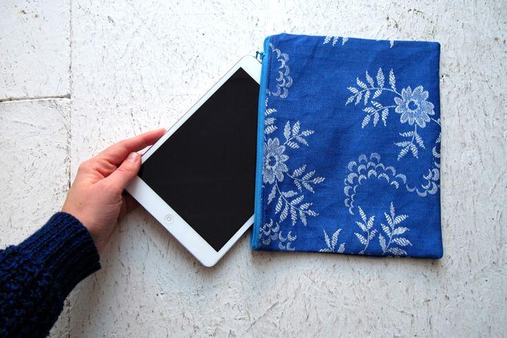 Blauwe bloemen jeans rits etui.  Make-up van rug, potlood zakje, naai levert tas, onder 20 cadeau idee, vulstof, een van een soort kous door hannevandersteen op Etsy https://www.etsy.com/nl/listing/483097392/blauwe-bloemen-jeans-rits-etui-make-up