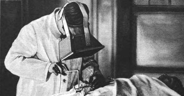 Pendant la première guerre mondiale, utilisation d'un fluoroscope lors de l'extraction d'une balle   Wikimedias Commons. Histoire de L'Imagerie Médicale   Les rayonnements en médecine - Regards sur l'histoire de l'imagerie.