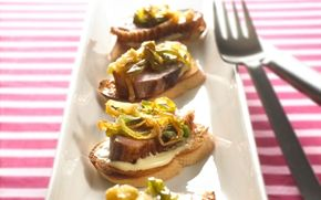 Montadito med andebryst og karamelliserede forårsløg Spansk tapas der minder om bruschetta; her med aioli, stegt andebryst og løg. Mums!