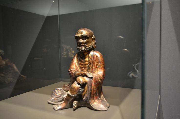 Bodidharma, patriarca del Budismo Zen. Dinastía Qing, 1644-1911. Museo Oriental. Bodidharma es  el primer patriarca del budismo zen. Procedente de la India, según la tradición viajó desde allí hasta China por el sur. Atravesó el Yang-tse sobre una hoja de caña y se estableció en un monasterio en la montaña. Allí practicó la meditación zen durante nueve años, permaneciendo imperturbable frente a un muro.