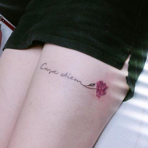 Tatuagem na coxa: 120 ideias para você pensar na sua próxima tattoo | Tatuagem na coxa, Tatuagem, Tatuagens femininas delicadas