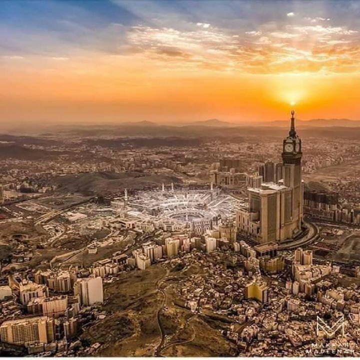 منذ 1441 سنة ضاقت عليه مكة فخرج مهاجرا تحت جنح الظلام وبعد 8 سنوات عاد إليها في وضح النهار ودخلها بجيشه من أبوابها الأربعة Islamic Pictures Mekkah Sky Color